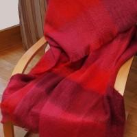 Feine Mohair-Decke in verschiednen Rottönen, sehr warm und flauschig