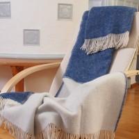 Wendedecke in blau und natur, helle Fransen, feine Schurwolle